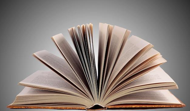 Szczegółowa książka na białym tle na czarnym tle