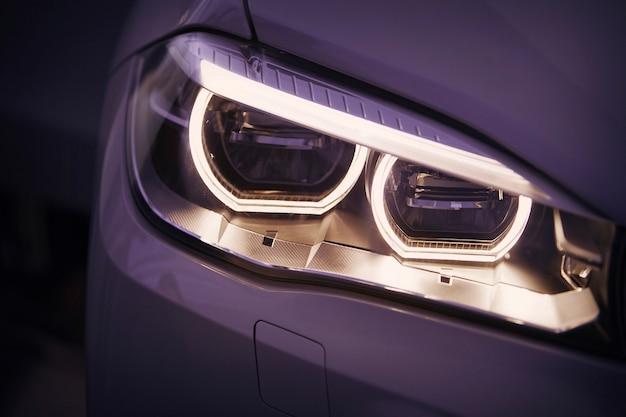 Szczegółowe zbliżenie reflektorów samochodowych.