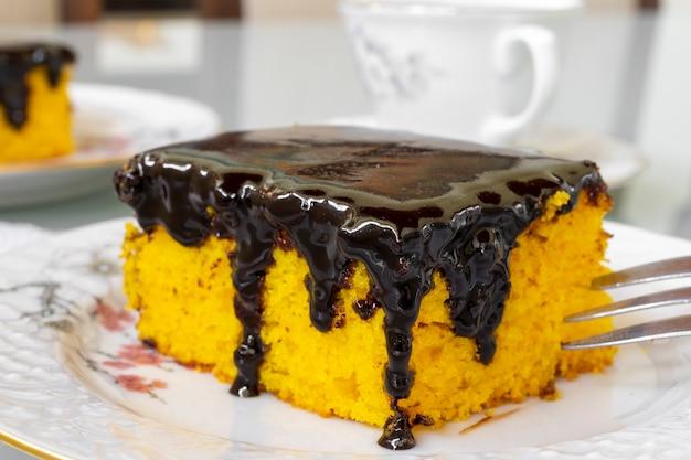 Szczegółowo ciasto marchewkowe z polewą czekoladową. selektywne skupienie