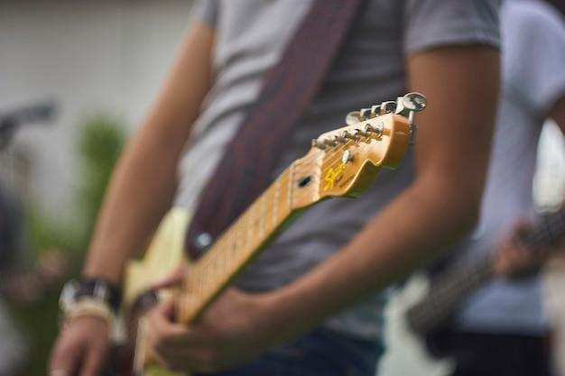 Szczegółowo gitarzysta, który gra na gitarze elektrycznej na koncercie muzyki rockowej na żywo.