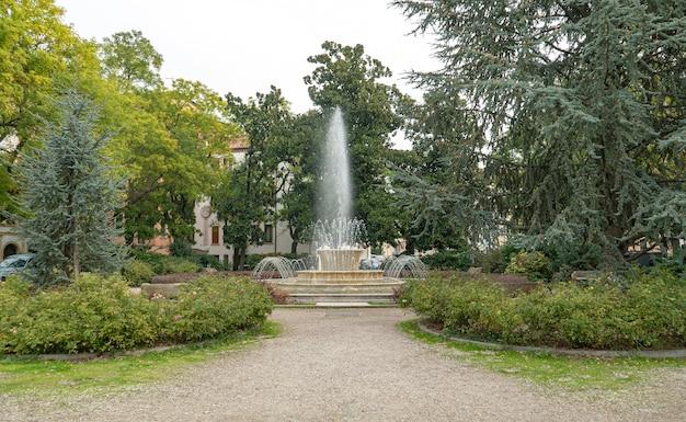 Szczegółowo krajobraz fontanny upływ czasu w rovigo, włochy