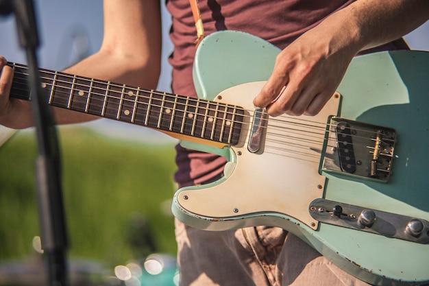 Szczegółowo muzyk rockowy grający na gitarze elektrycznej