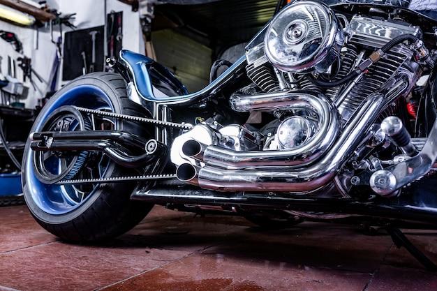 Szczegółowo na temat nowoczesnego motocykla w warsztacie. wydech motocykla.