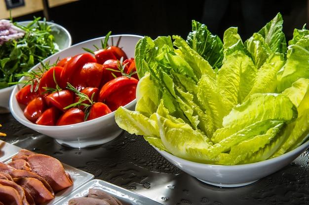 Szczegółowo piękny bufet sałatkowy z bogatym wyborem, zdrową żywnością