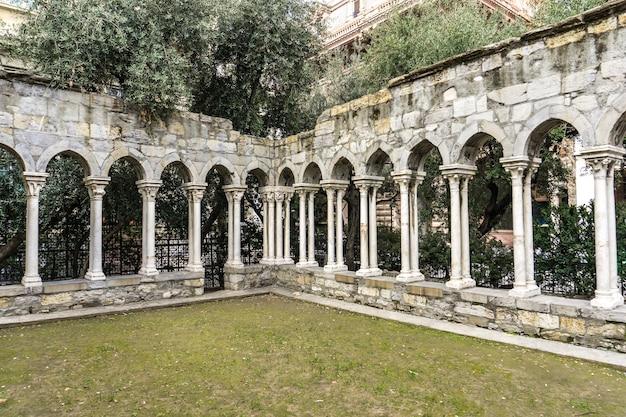 Szczegółowo ruiny klasztoru św andrzeja w genui, włochy