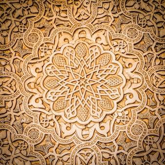 Szczegółowo ściany wpisanego na listę unesco alhambry w granadzie - na południu hiszpanii. 600-letnie arabskie znaki.