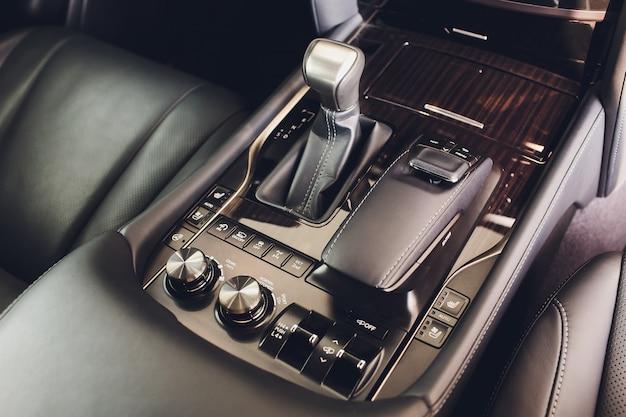 Szczegółowo wnętrze nowoczesnego samochodu, drążek zmiany biegów, automatyczna skrzynia biegów w drogim samochodzie.