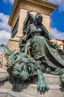 Szczegółowo z pomnika wiktora emanuela ii w wenecji, włochy. pomnik ten został stworzony w 1887 roku przez ettore ferrari na cześć pierwszego króla zjednoczonych włoch.
