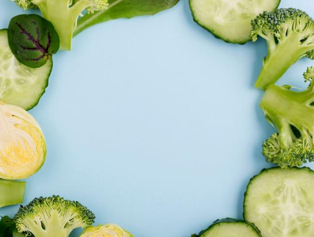 Szczegółowy asortyment plasterków ogórka i brokułów