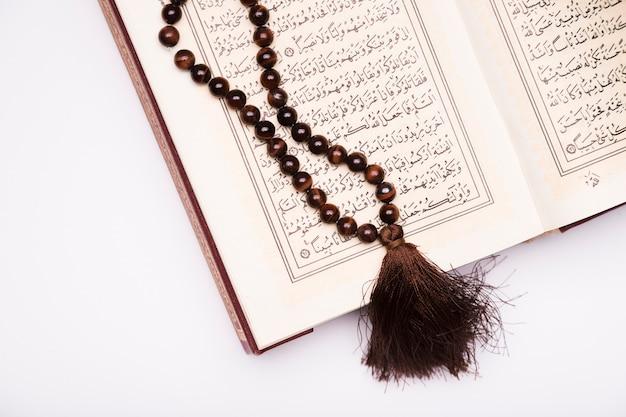 Szczegółowy koran otwarty na stole