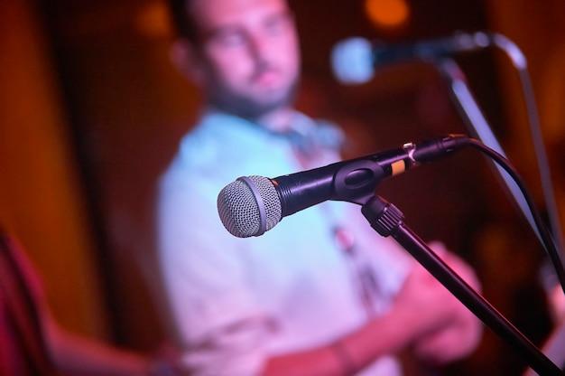 Szczegółowy mikrofon na koncercie na żywo