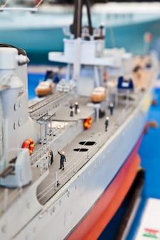 Szczegółowy model z tworzywa sztucznego okrętu wojennego. zbiórka publiczna.