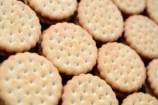 Szczegółowy obraz okrągłych ciasteczek kanapkowych z nadzieniem kokosowym