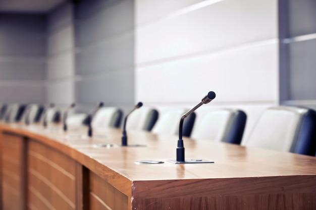 Szczegółowy profesjonalny mikrofon konferencyjny na pokładzie pokoju.