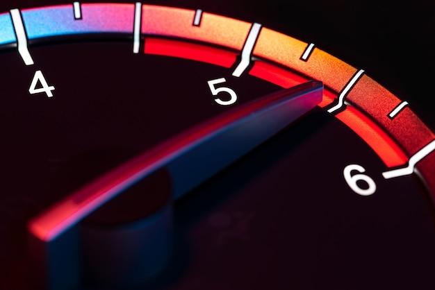 Szczegółowy symbol prędkości i prędkości samochodu w obrotach na minutę