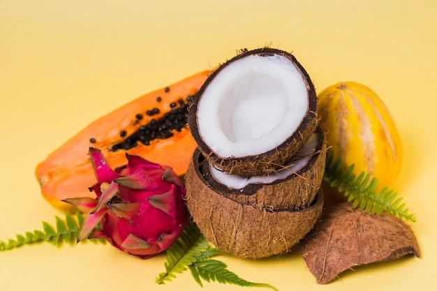 Szczegółowy wybór egzotycznych owoców na stole