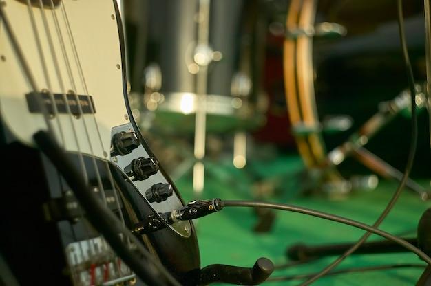 Szczegóły akustycznego basu w martwa natura strzelanie na koncercie zespołu rockowego.