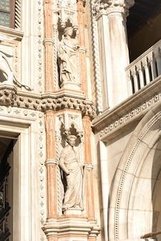 Szczegóły architektury-rzeźba na piazza san marco w wenecji, włochy