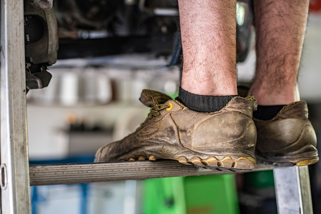 Szczegóły butów ochronnych dla pracowników drabiny z rozmytym tłem