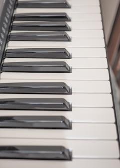 Szczegóły czarno-białych klawiszy na klawiaturze muzycznej