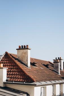 Szczegóły dachu i elewacji budynku w paryżu, francja.
