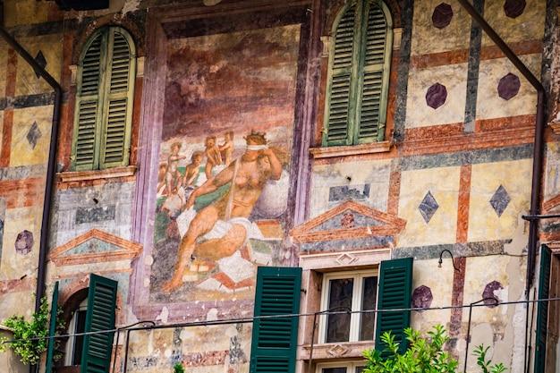 Szczegóły domy mazzanti w weronie, włochy. ten budynek był własnością i był ozdobiony freskami przez rodzinę mazzanti w xvi wieku.