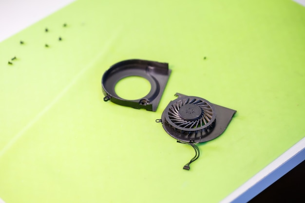 Szczegóły dotyczące chłodzenia laptopa. chłodnica chłodząca z komputera. część do naprawy laptopa