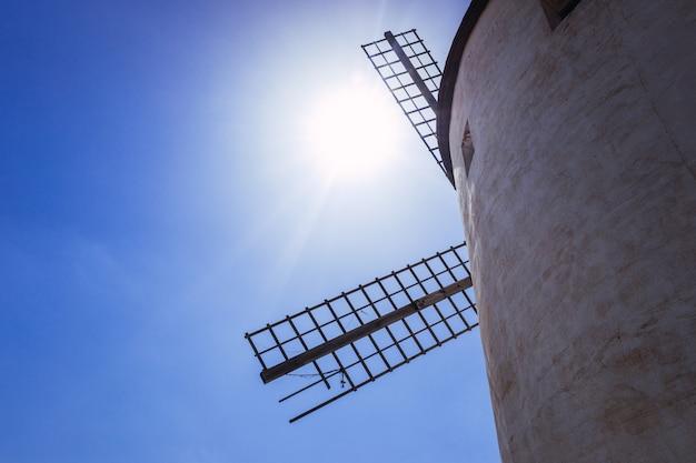 Szczegóły dotyczące łopat tradycyjnego wiatraka w la mancha w hiszpanii.