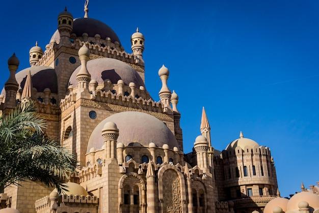 Szczegóły dużego meczetu islamskiego.