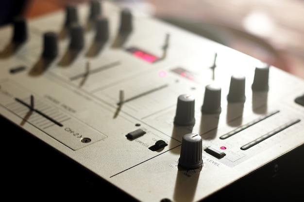 Szczegóły elementów i przełączników klawiatury muzycznej dj