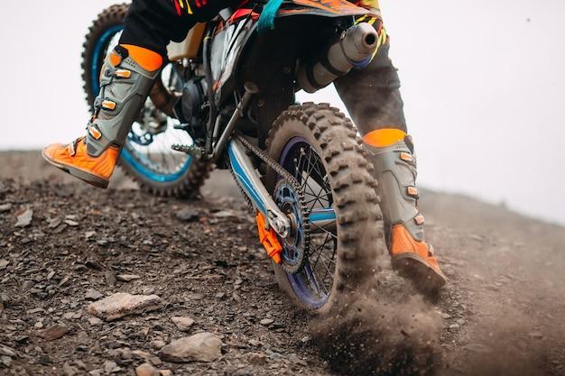 Szczegóły gruzu w wyścigu motocross.