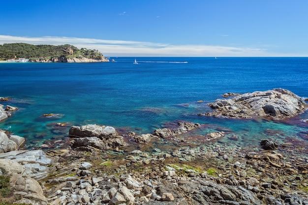 Szczegóły hiszpańskiego wybrzeża latem (katalonia, costa brava)