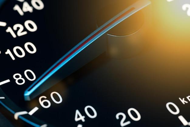 Szczegóły igły licznika kilometrów lub prędkościomierza samochodu z dużą prędkością