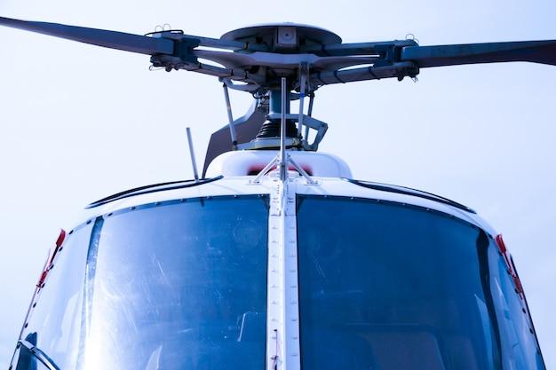 Szczegóły inżynierii helikoptera na pięknym błękitnym niebie, kokpit myśliwca wojskowego helikoptera