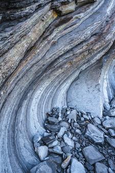 Szczegóły kamieni i zakrętów geopark w sakoneta w dębie podczas odpływu. kraj basków
