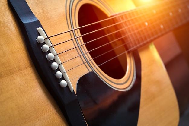 Szczegóły klasycznej gitary z płytkiej głębi ostrości