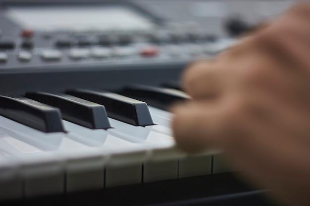 Szczegóły klawiszy klawiatury muzycznej podczas grania na żywo na koncercie.