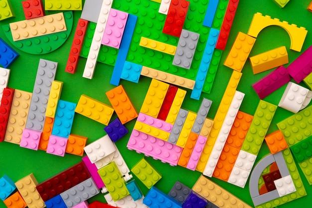 Szczegóły konstruktora z tworzyw sztucznych dla dzieci na zielonym tle