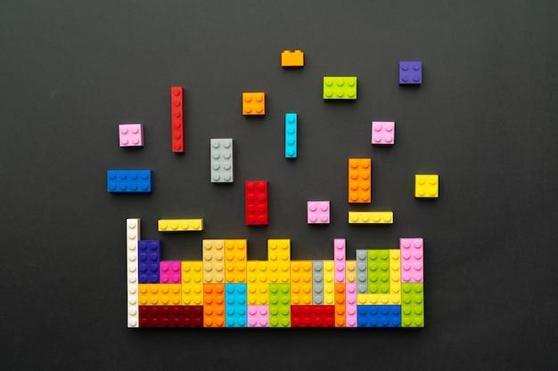 Szczegóły konstruktora zabawki na czarnym tle widok z góry