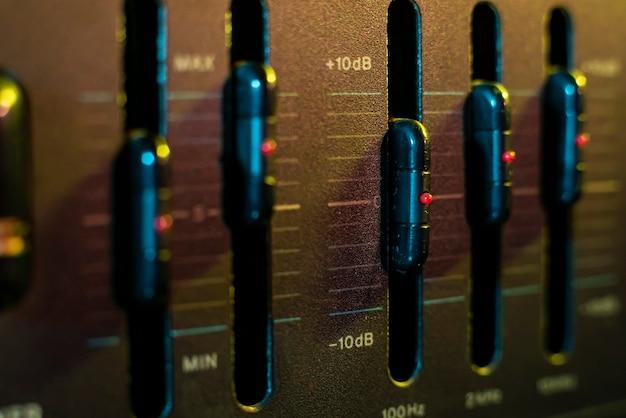 Szczegóły kontrolera głośności i korektora w starym sprzęcie stereo