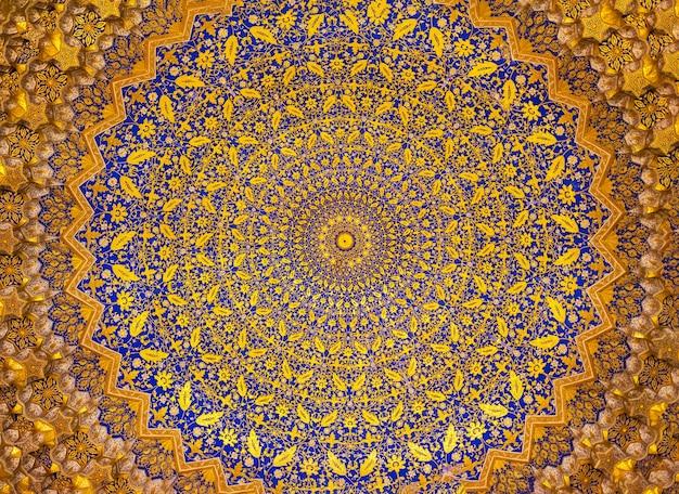 Szczegóły kopuły mozaiki złota w madrasie