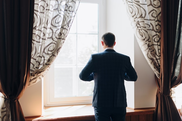 Szczegóły kurtki pana młodego na weselu