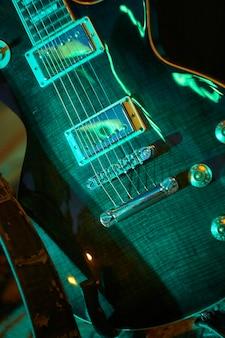 Szczegóły lin gitary elektrycznej na koncercie zespołu rockowego