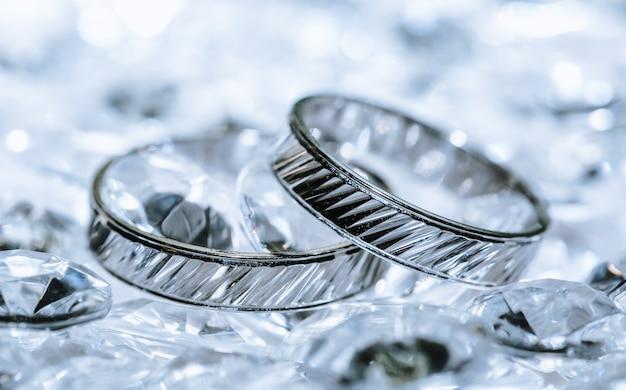 Szczegóły luksusowe obrączki ślubne z białego złota