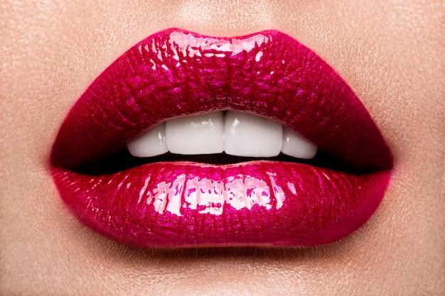Szczegóły makijażu czerwone usta.