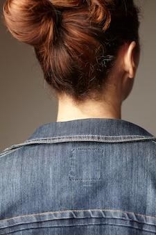 Szczegóły modelu na sobie niebieską jeansową kurtkę