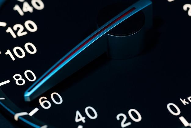 Szczegóły niskiej prędkości z drogomierzem samochodowym lub zdjęciem makro obrotomierza