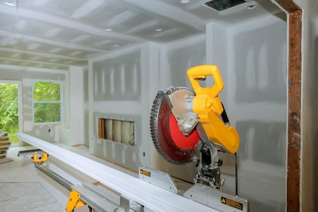 Szczegóły nowy dom instalacyjny przemysł budowlany wnętrze piła tarczowa do cięcia drewna podstawa odlewnicza