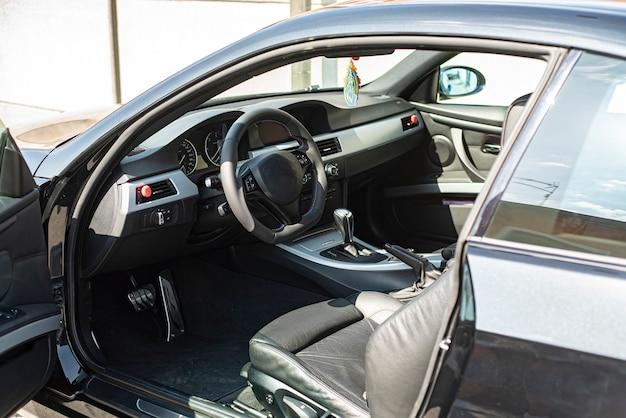 Szczegóły ogólnego luksusowego wnętrza samochodu w naturalnym świetle