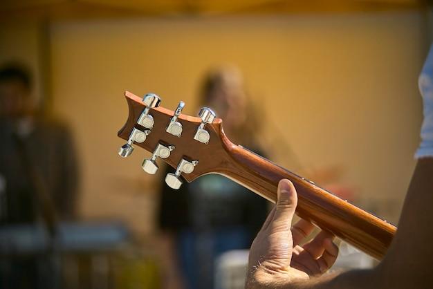 Szczegóły ostrza i mechaniki gitary elektrycznej podczas grania na żywo na koncercie